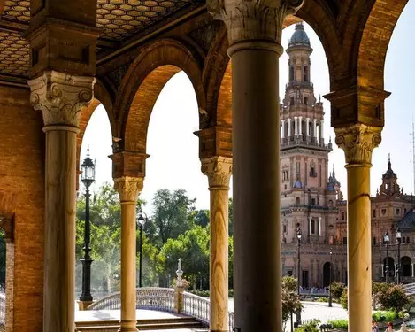 Sevilla: Vlucht, hotel, excursie & privé-transfers